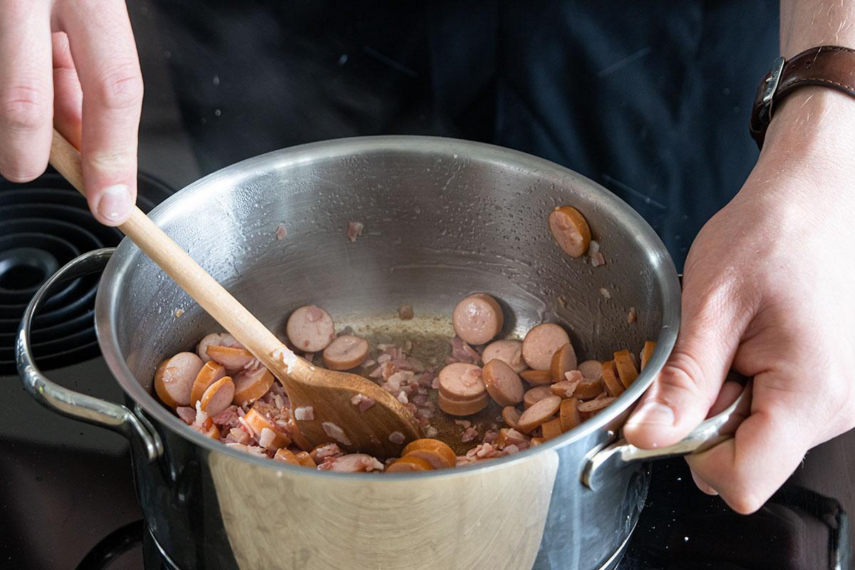 Würstchen und Bacon anbraten