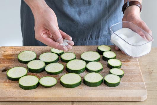 Zucchini salzen