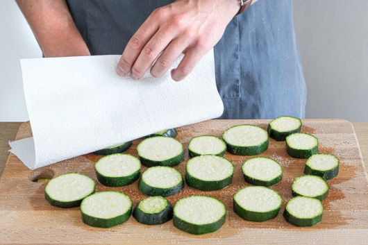 Zucchini abtupfen