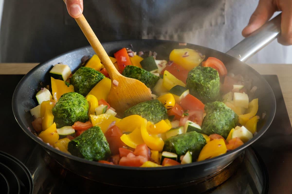 Gemüse in Pfanne garen