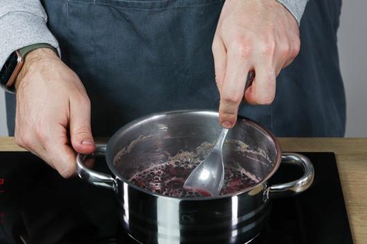 Holunderbeeren mit Wasser kochen