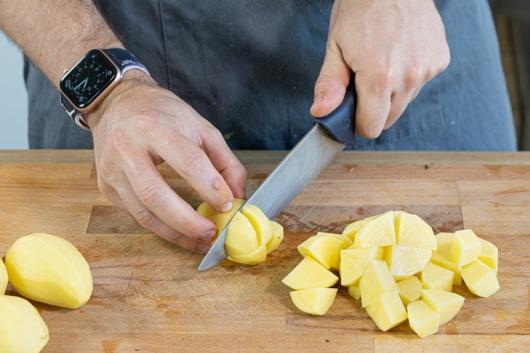 Kartoffeln schälen und würfeln