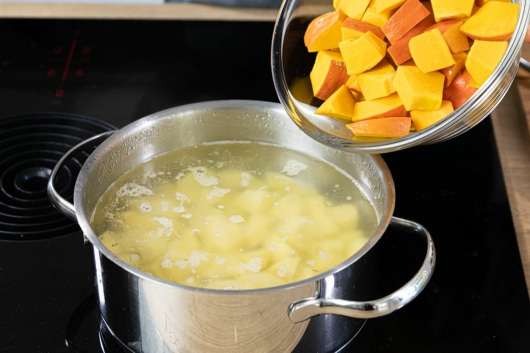 Kartoffeln und Kürbis kochen