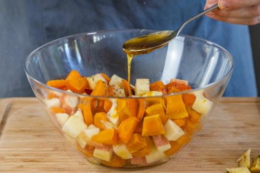 Honig zu Kürbis, Apfel und Karotte gießen