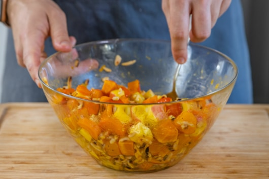Kürbis-Salat umrühren