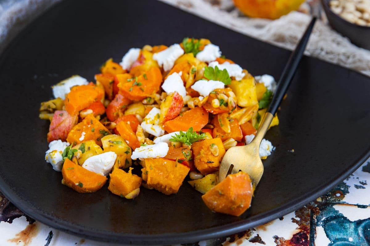 Kürbis-Salat mit Apfel und Ziegenkäse