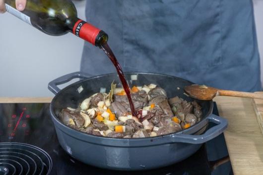 Gulasch mit Rotwein ablöschen