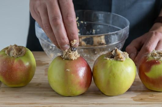 Mischung in Apfel geben