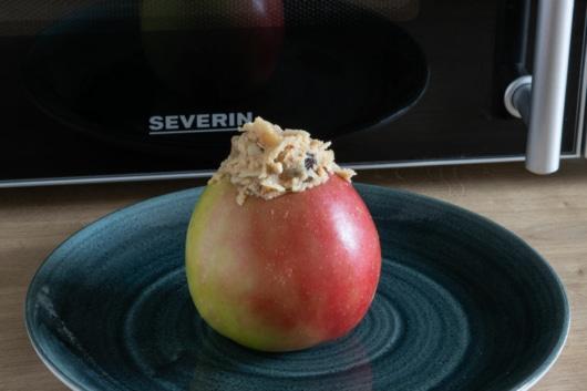 Bratapfel in Mikrowelle geben