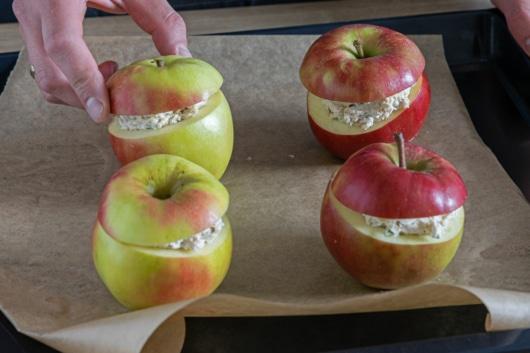 Deckel auf die Äpfel legen