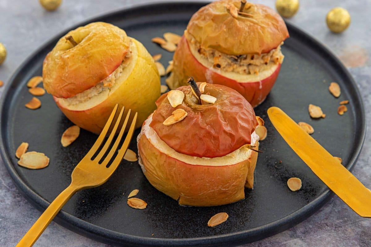 Herzhafter Bratapfel mit Ziegenkäse und Haselnüssen