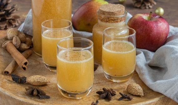 Bratapfellikör mit Apfelsaft und Rum