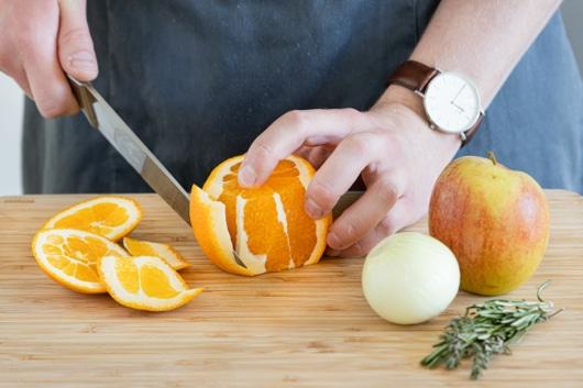 Gemüse und Orangen schneiden