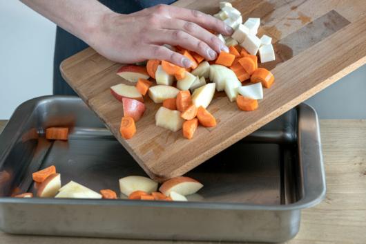 Gemüse in Auflaufform geben