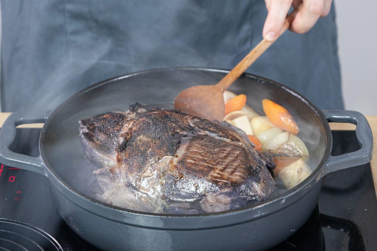 Gemüse und Fleisch scharf anbraten