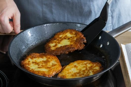 Kartoffelpuffer aus Kloßteig wenden