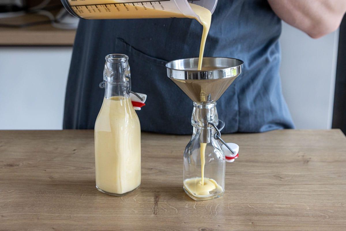 Omas Eierlikör mit Sahne in Flaschen füllen