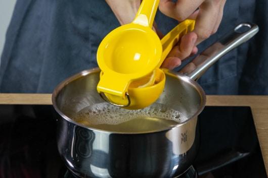 Zitronensaft dazupressen