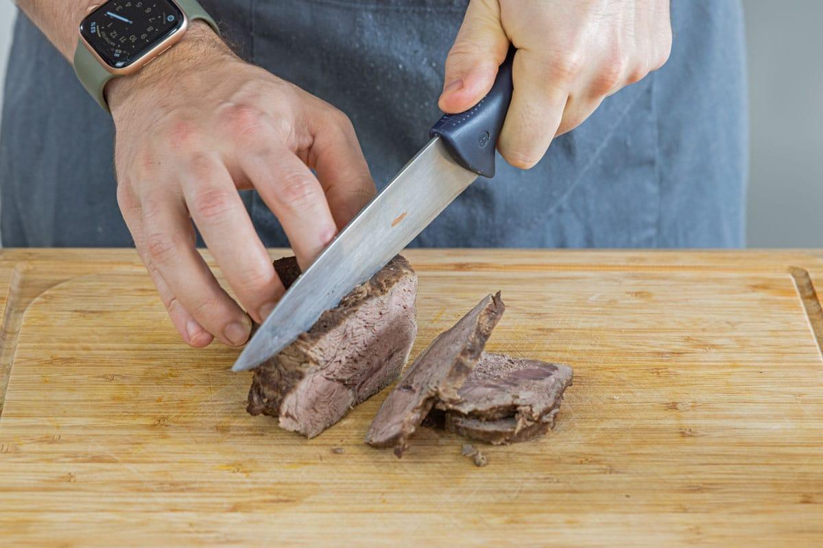 Rindfleisch in Scheiben schneiden