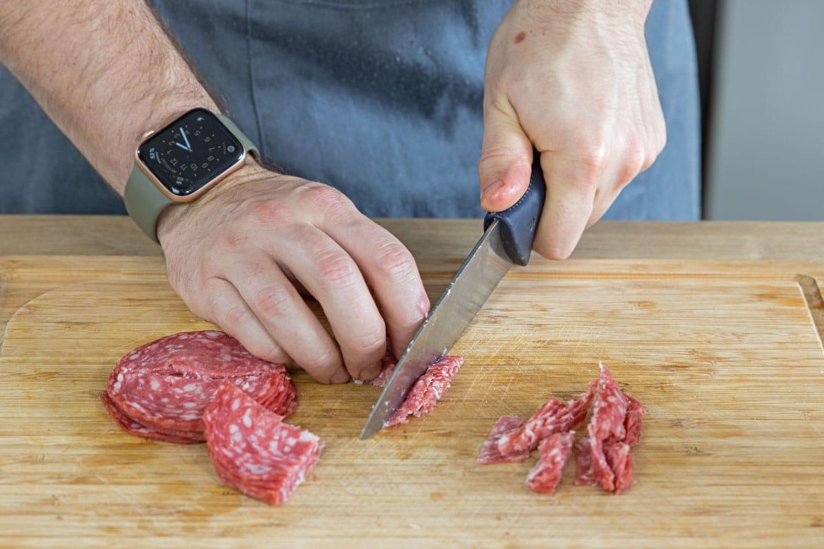 Salami in Streifen schneiden